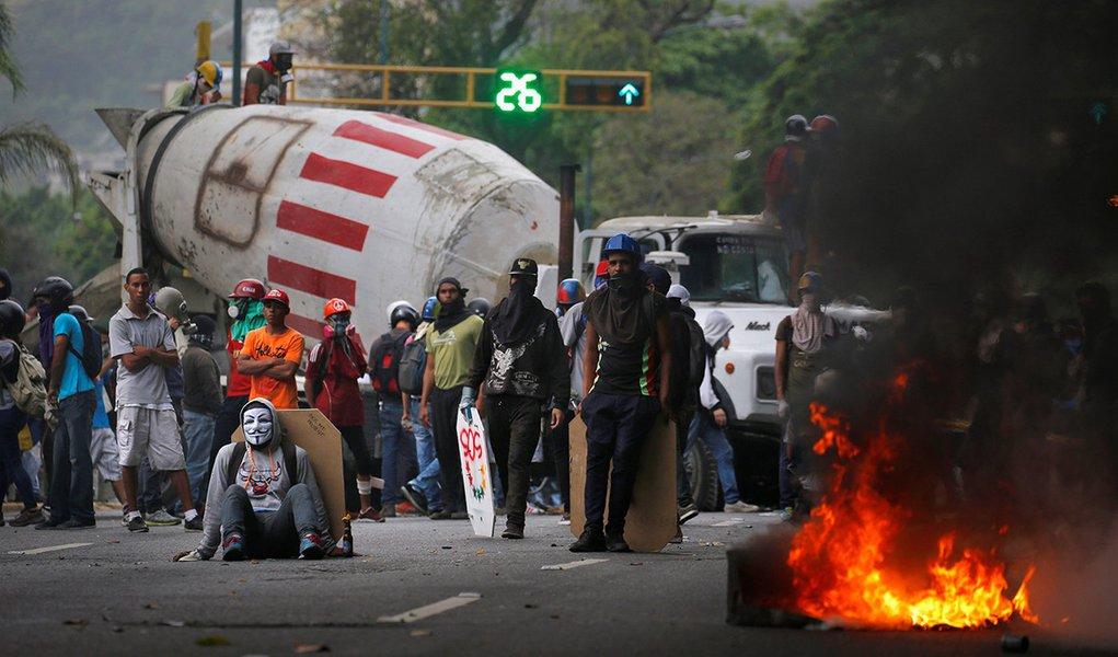 Manifestantes usam caminhão para fazer barricada durante protesto contra o presidente da Venezuela, Nicolás Maduro, em Caracas. 22/05/2017 REUTERS/Carlos Barria