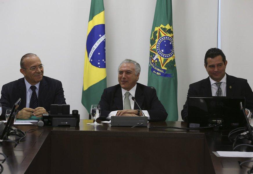 Brasília - O ministro Eliseu Padilha, o presidente em exercício, Michel Temer e o ministro Maurício Quintela em reunião com ministros do núcleo de infra-estrutura (José Cruz/Agência Brasil)