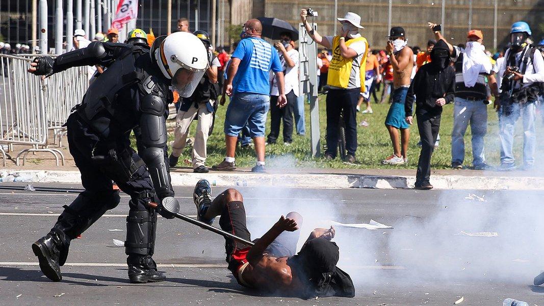 Brasília - Polícia Militar e manifestantes entram em confronto na Esplanada dos Ministérios durante protesto contra o governo do presidente Temer e reformas trabalhista e da Previdência (Marcelo Camargo/Agência Brasil)