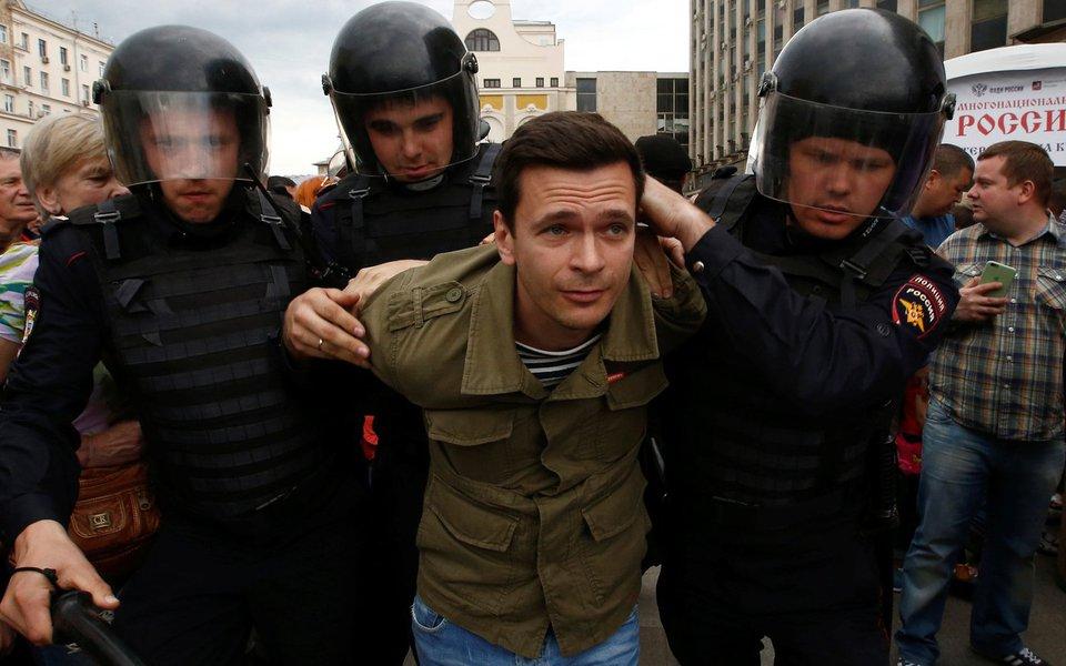 Policiais russos detém manifestante Ilya Yashin durante protesto anticorrupção organizado por líder de oposição Alexei Navalny, em Moscou. 12/06/2017 REUTERS/Sergei Karpukhin