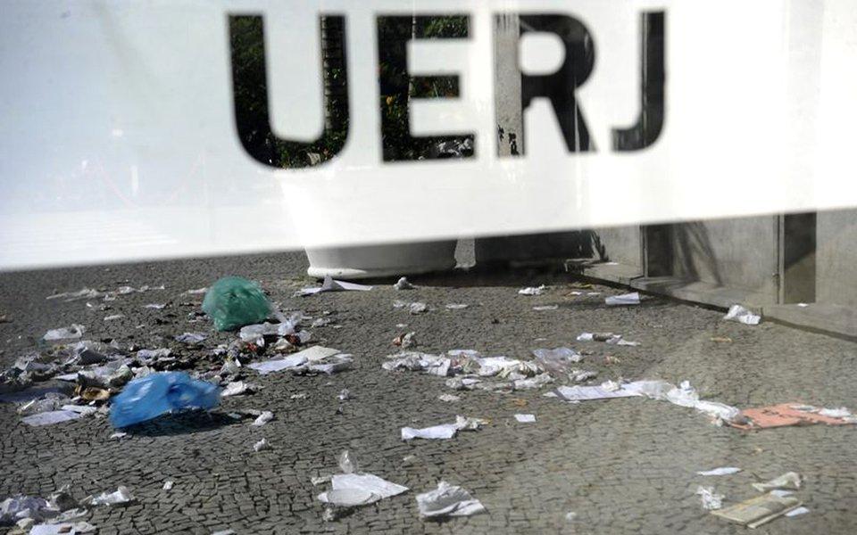 Lixo espalhado nos corredores e entradas da Universidade do Estado do Rio de Janeiro (UERJ) durante greve de funcion�rios terceirizados da limpeza, por falta de pagamento (Fernando Fraz�o/Ag�ncia Brasil)