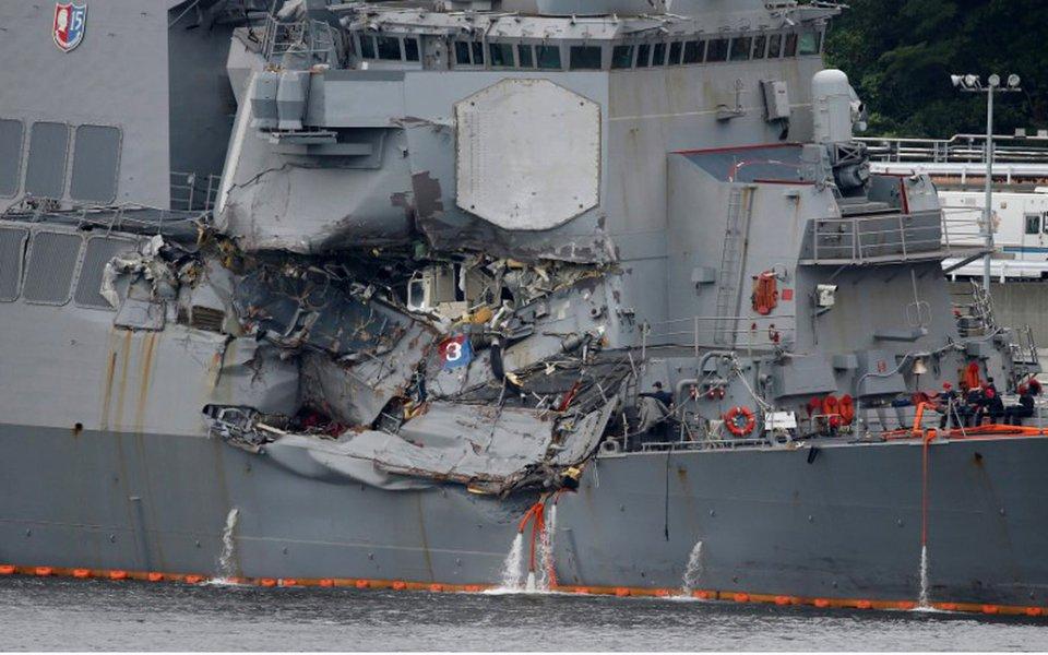 Destróier de mísseis guiados norte-americano USS Fitzgerald, após colisão na base naval de Yokosuka, no Japão 18/06/2017 REUTERS/Toru Hanai