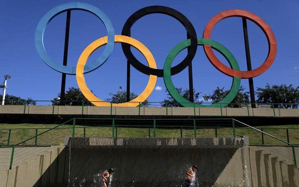 Crianças brincam perto de anéis olímpicos no parque de Madureira, no Rio de Janeiro 02/08/2017 REUTERS/Ricardo Moraes