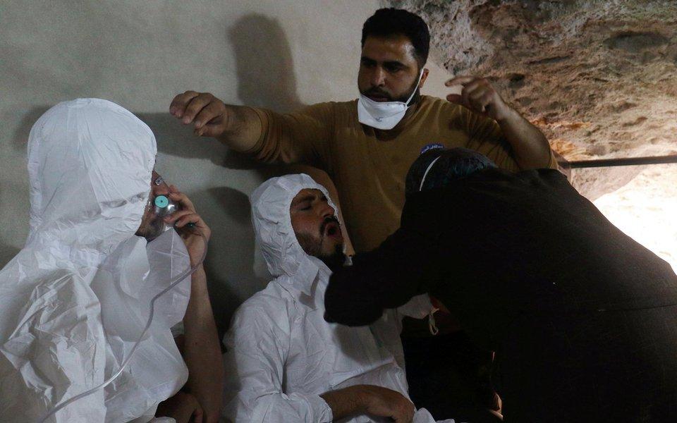Homem respira com o auxílio de máscara de oxigênio, após suposto ataque de gás químico na província de Idlib, na Síria 04/04/2017 REUTERS/Ammar Abdullah