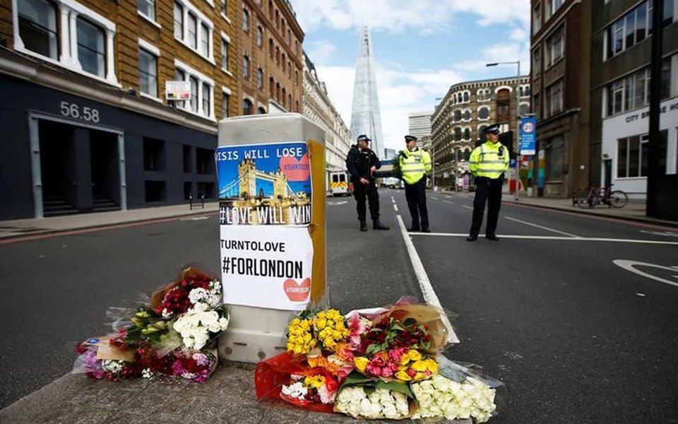 Flores e mensagens são deixadas perto de cordão policial nas proximidades do Borough Market, após ataque deixar 7 pessoas mortas no centro de Londres. 04/06/2017 REUTERS/Peter Nicholls