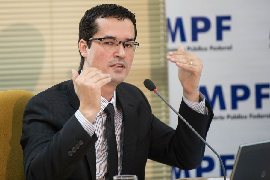 O coordenador da força-tarefa Lava Lato, o procurador da República Deltan Dallagnol, apresenta propostas do Ministério Público Federal para o Combate à Corrupção (Marcelo Camargo/Agência Brasil)
