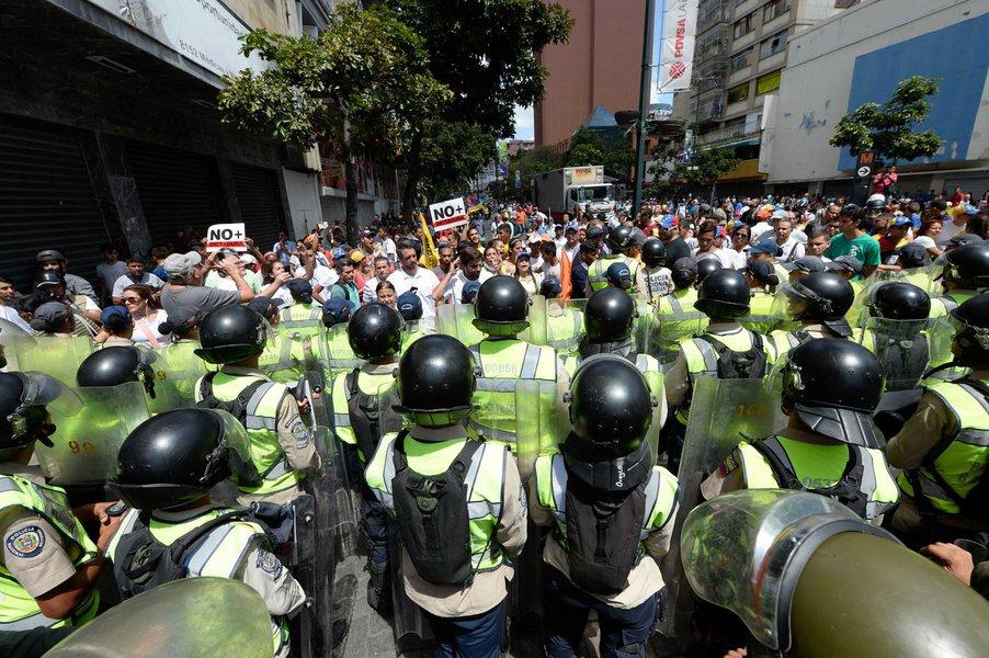 Manifestantes e polícia se enfrentam em Caracas, Venezuela, protesto  AFP PHOTO / FEDERICO PARRA (Photo credit should read FEDERICO PARRA/AFP/Getty Images)