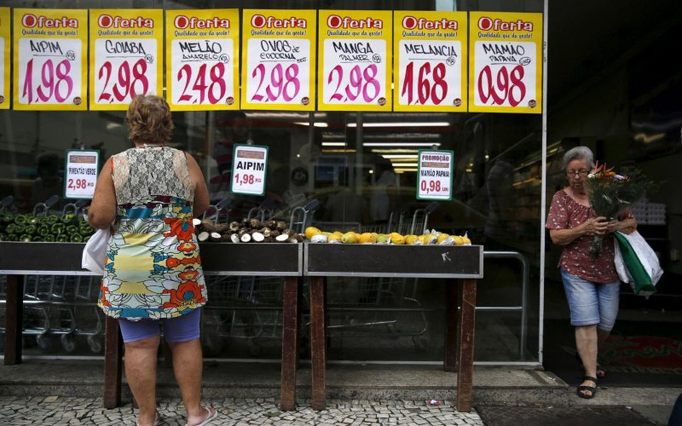A woman looks on prices at a food market in Rio de Janeiro, Brazil, January 21, 2016. REUTERS/Pilar Olivares
