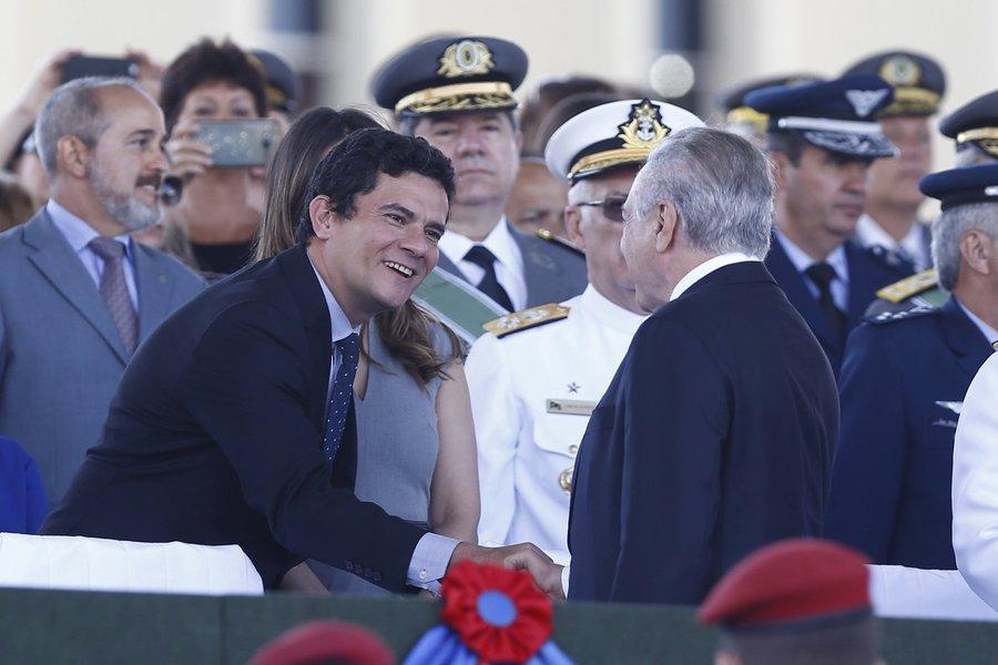 Brasilia, DF, Brasil, 19/04/2017: o presidente Michel Temer e o Juiz federal Sergio Moro se cumprimentam durante solenidade comemorativa ao dia do exercito. Foto: Pedro Ladeira/Folhapress