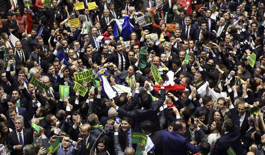 Brasília - O Deputado Bruno Araujo profere o voto que garante a autorizacao do processo de impeachment da presidenta Dilma Rousseff, no plenário da Câmara dos Deputados