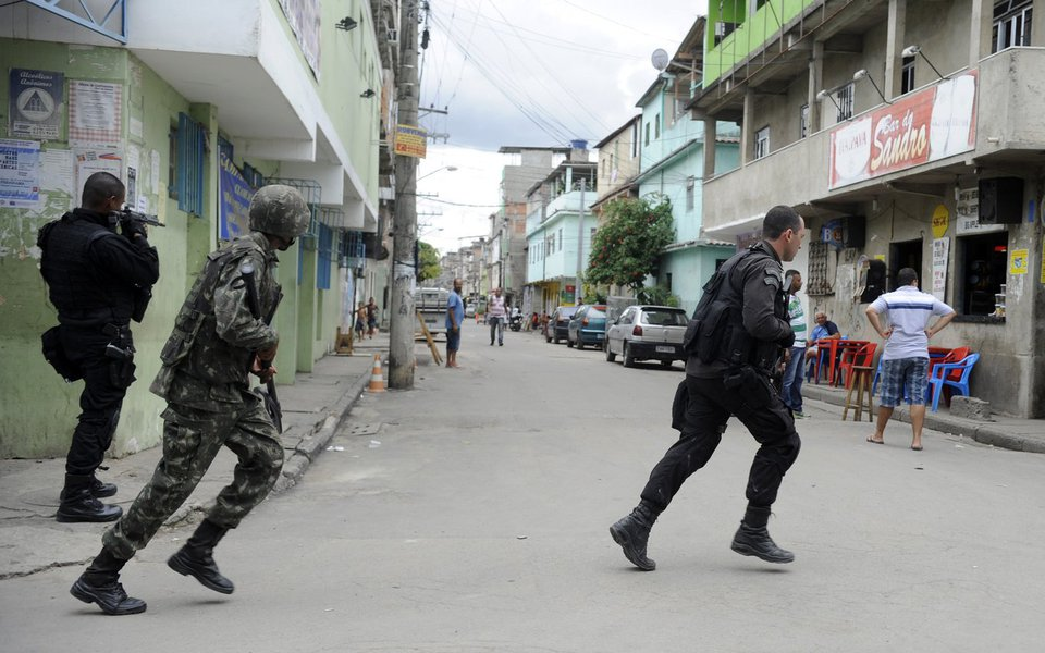 Rio de Janeiro - Equipes do Exército estiveram na manhã de hoje (26) na favela Nova Holanda, no Complexo da Maré, a procura de armas e munições que teriam sido enterradas por traficantes (Tomaz Silva/Agência Brasil)