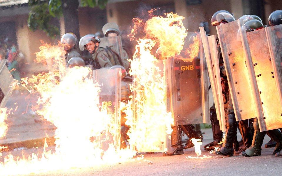 Forças de segurança venezuelanas pegam fogo durante protesto contra o presidente Nicolás Maduro, em Caracas REUTERS/Ueslei Marcelino
