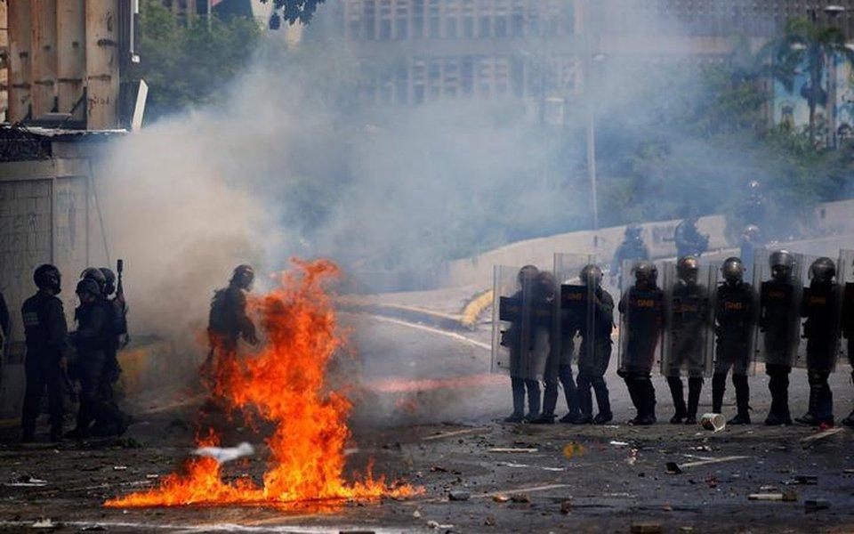 Forças de segurança se movimentam durante confronto com manifestantes em Caracas 20/7/2017 REUTERS/Andres Martinez Casares
