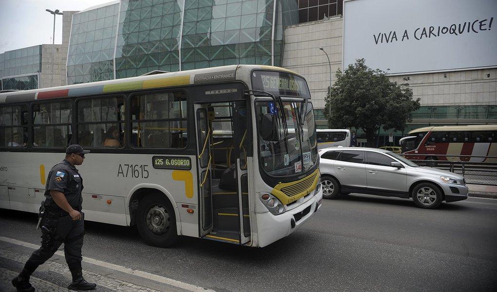 Blitz policial militar revista ônibus com destino às praias, no esquema de segurança antecipado da Operação Verão, contra arrastões ocorridos no fim de semana passado (Fernando Frazão/Agência Brasil)