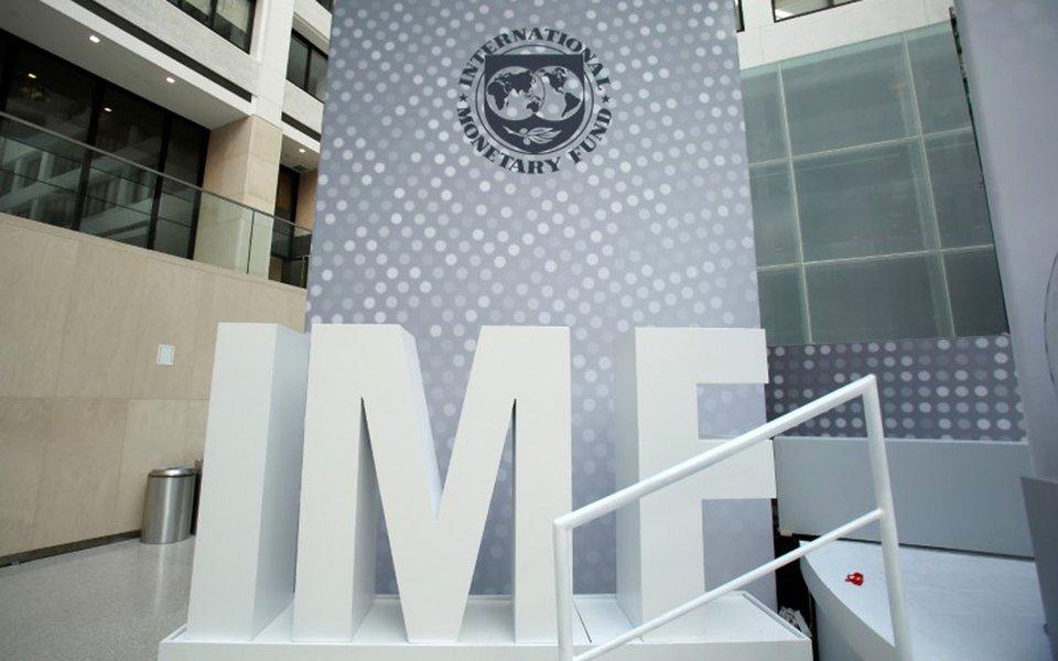 Logo do Fundo Monetário Internacional (FMI) é visto em sede, em Washington