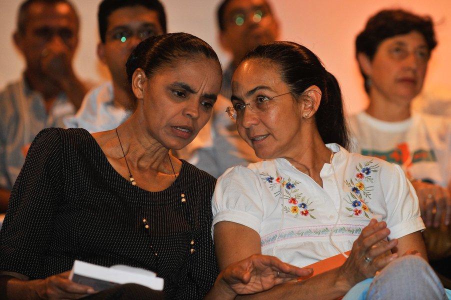 Bras�lia - As ex-senadoras Marina Silva e Helo�sa Helena conversam na solenidade de lan�amento de novo partido