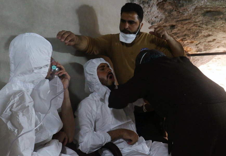 Homens recebem tratamento após supusto ataque químico na cidade síria de Khan Sheikhoun. 04/04/2017 REUTERS/Ammar Abdullah