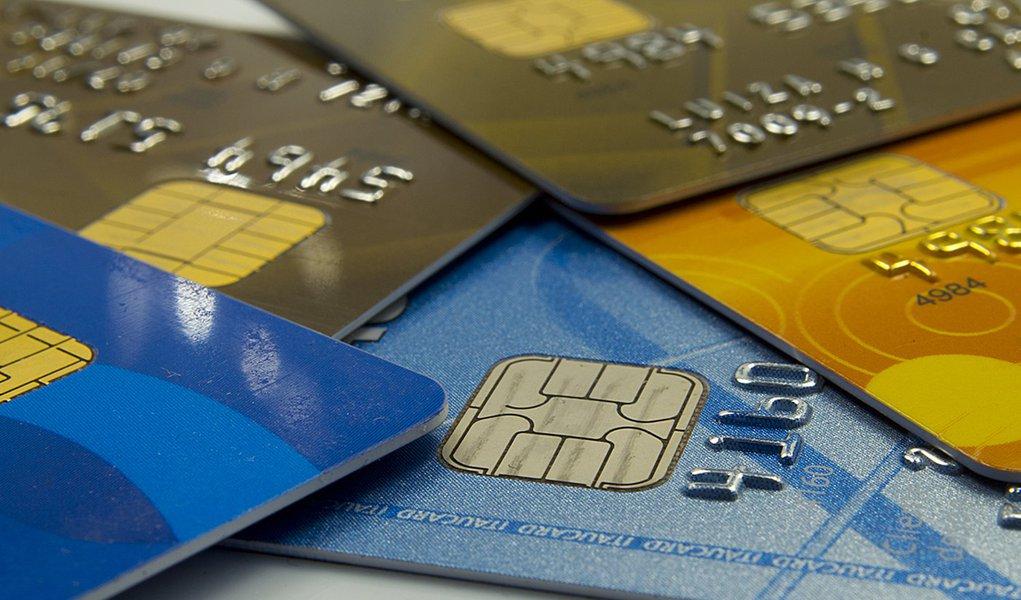 Cartões, dinheiro e cheques. Foto: Marcos Santos/USP Imagens cartao de credito