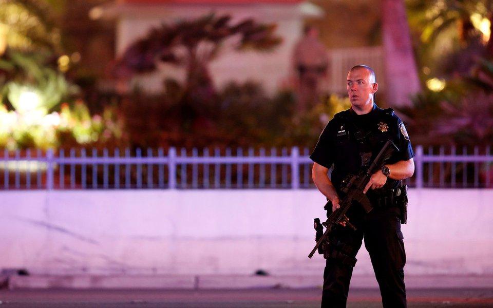 Agente de segurança em frente a hotel, depois de ataque a tiros durante festival de música, em Las Vegas 02/10/2017 REUTERS/Las Vegas Sun/Steve Marcus