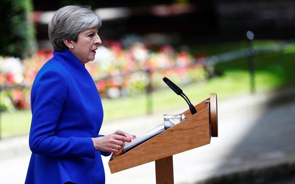 Primeira-ministra britânica, Theresa May, durante declaração na rua Downing Street, em Londres. 09/06/2017 REUTERS/Eddie Keogh