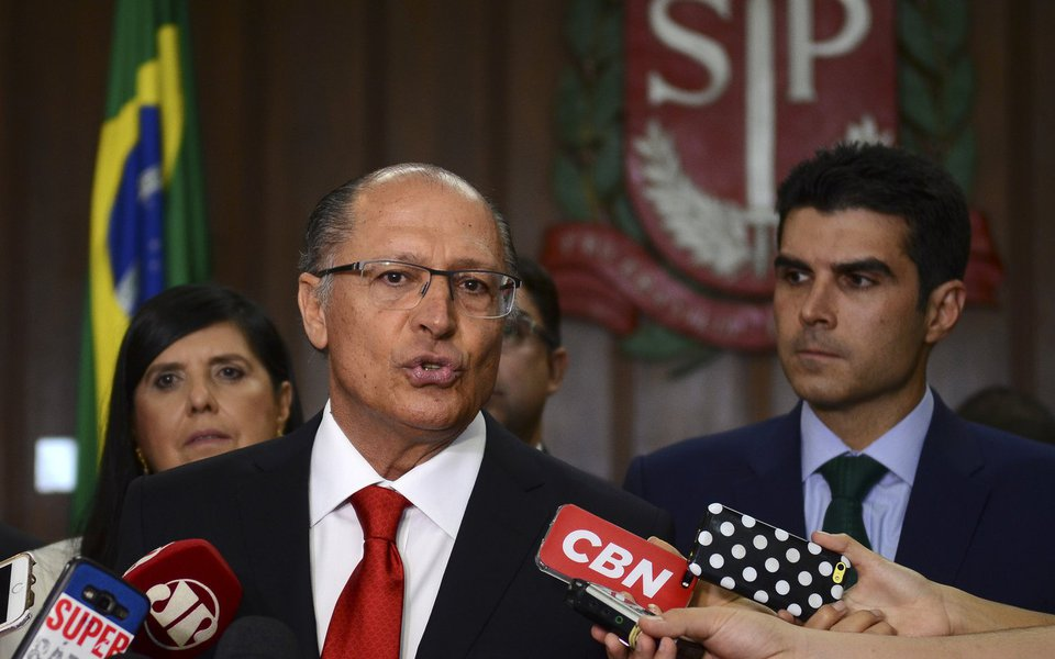 São Paulo - O governador Geraldo Alckmin e o ministro da Integração Nacional, Helder Barbalho, comentam termo de empréstimo de bombas para combater a seca na Paraíba e em Pernambuco (Rovena Rosa/Agência Brasil)
