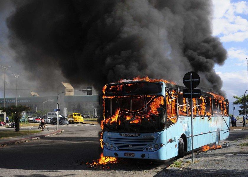 ônibus é incendiado por vândalo em Florianópolis Foto: Eduardo Valente/Futura Press