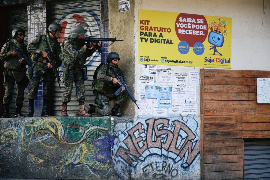 Rio de Janeiro - Militares fazem operação na favela da Rocinha após guerra entre quadrilhas rivais de traficantes pelo controle da área (Fernando Frazão/Agência Brasil)