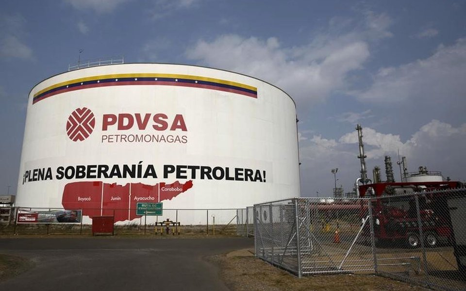 An oil tank is seen at PDVSA's Jose Antonio Anzoategui industrial complex in the state of Anzoategui April 15, 2015. REUTERS/Carlos Garcia Rawlins