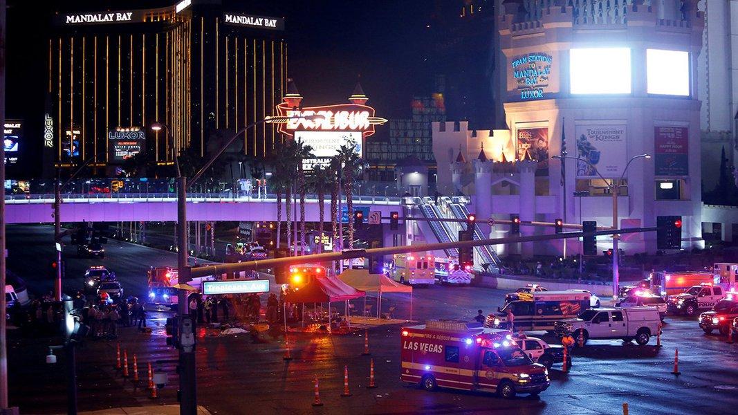 Policiais e médicos se reúnem depois de ataque em festival de música, em Las Vegas 01/10/2017 REUTERS/Las Vegas Sun/Steve Marcus