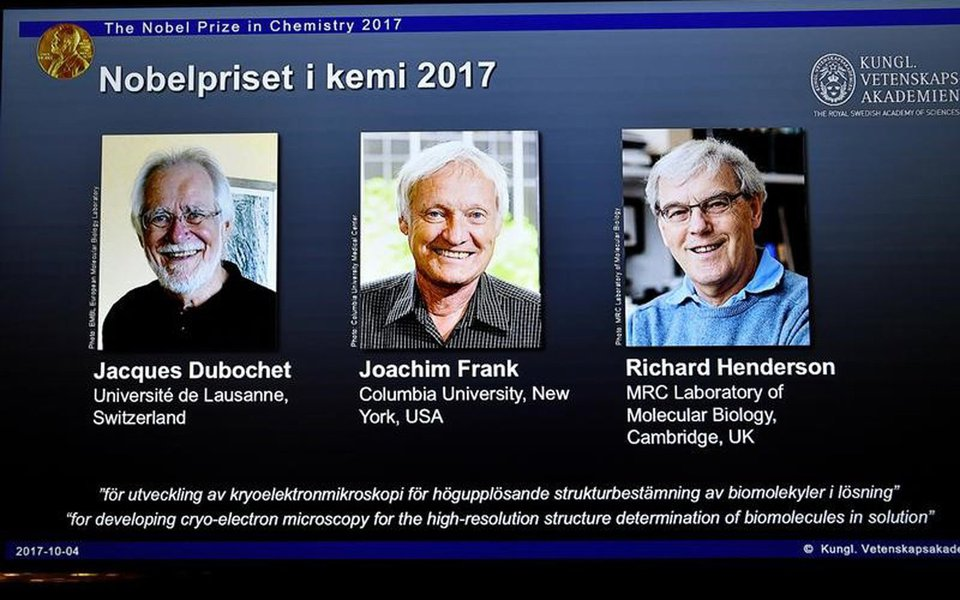 Vencedores do Nobel de Química de 2017, Jacques Dubochet, Joachim Frank e Richard Henderson TT News Agency/Claudio Bresciani via REUTERS 04/10/2017