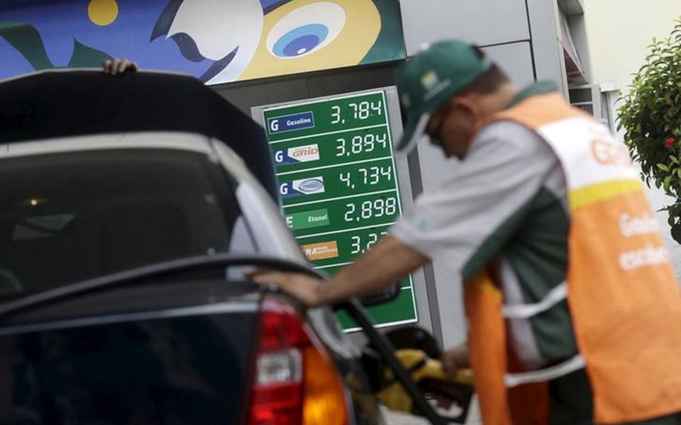 Funcionário abastece carro em posto de combustíveis no Rio de Janeiro, Brasil 30/9/2015 REUTERS/Ricardo Moraes