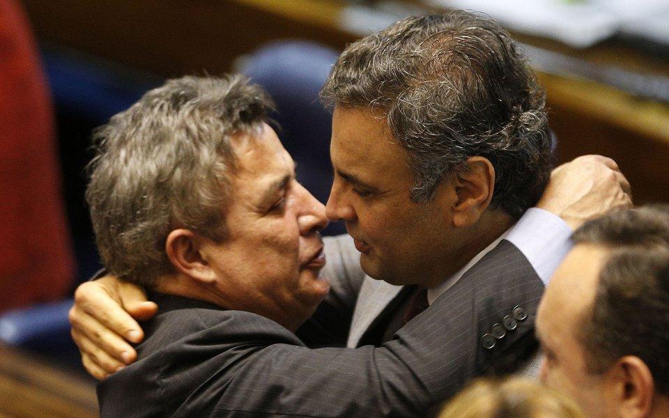 PERRELA1 BSB DF 05/11/2014 - NACIONAL AECIO NEVES/PLENARIO O senador, Aecio Neves (PSDB MG),conversa com senador Zeze Perrela, no plenario do Senado, em Brasilia. FOTO: DIDA SAMPAIO/ESTADAO