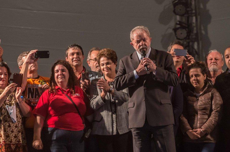 ex-presidente Dilma Rousseff em ato de apoio ao ex-presidente Luiz Inácio Lula da Silva após este prestar depoimento ao juiz federal Sérgio Moro, em Curitiba
