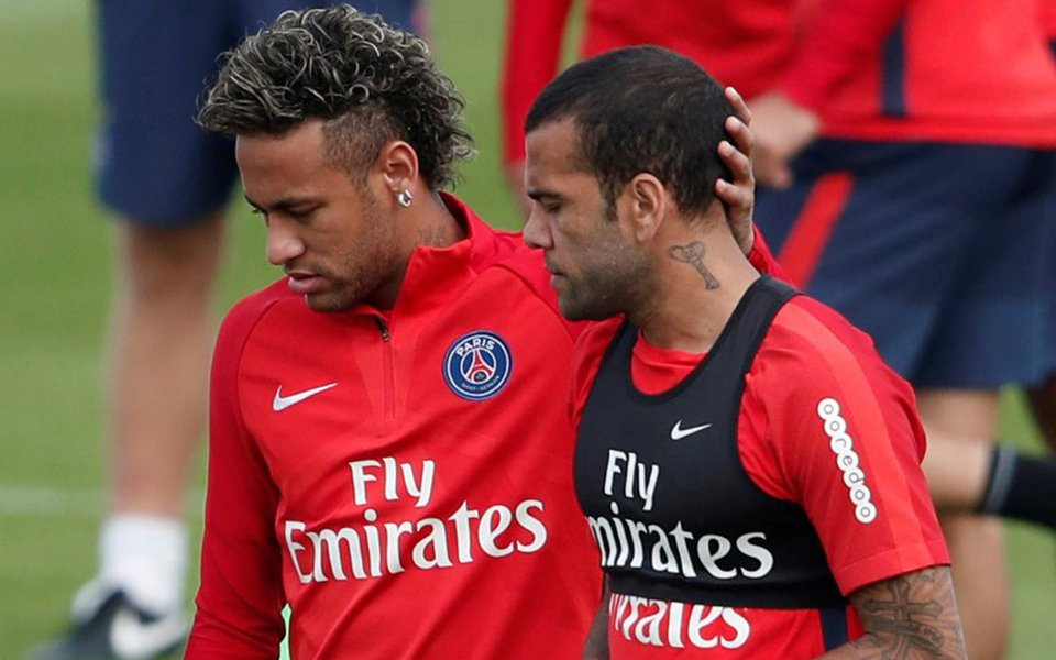Neymar e Daniel Alves em treino do PSG 11/08/2017 REUTERS/Benoit Tessier