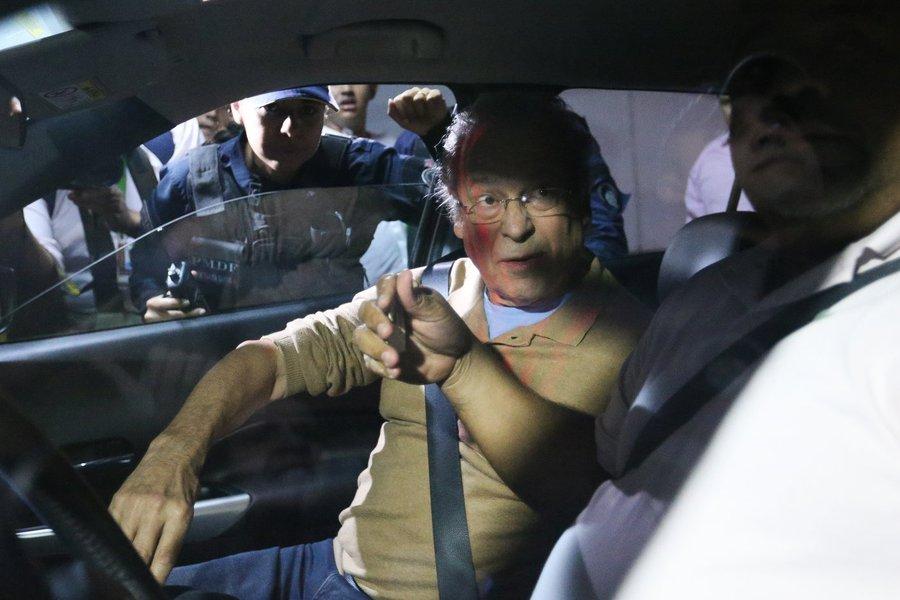 Brasília -Após ser libertado do Complexo Médico-Penal em Pinhais (PR), o ex-ministro José Dirceu chegou em seu apartamento em Brasília e foi cercado por manifestantes (Fabio Rodrigues-Pozzebom/ Agencia Brasil)