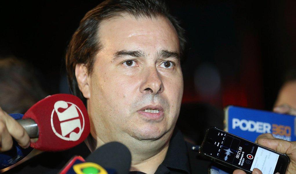 Brasília - Presidente da Câmara, Rodrigo Maia, fala com a imprensa após jantar com o presidente Temer e a base (Fabio Rodrigues Pozzebom/Agência Brasil)