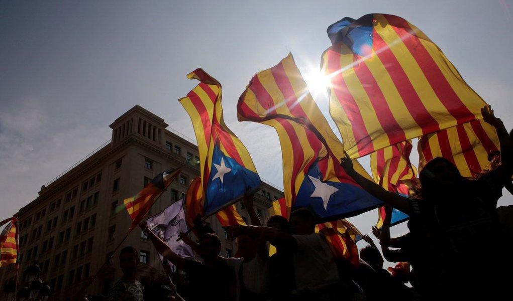 Manifestantes seguram bandeiras separatistas da Catalunha durante protesto, em Barcelona 03/10/2017 REUTERS/Enrique Calvo