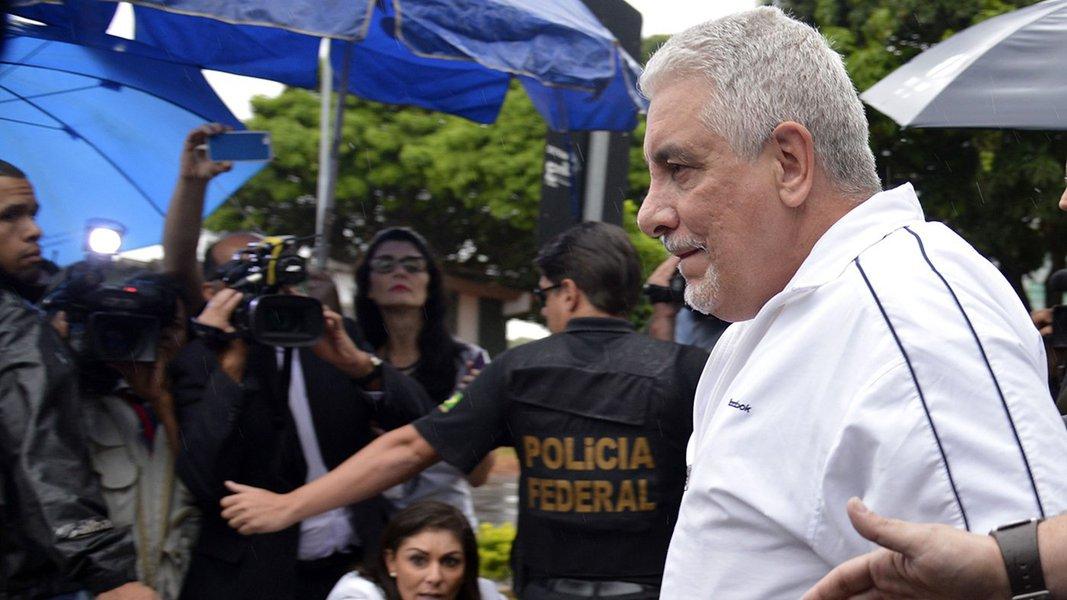 Brasília - O ex-diretor de Marketing do Banco do Brasil, Henrique Pizzolatto, chega ao IML, onde passou por exames, e seguiu para o Complexo Penitenciário da Papuda, onde vai cumprir pena (Antonio Cruz/Agência Brasil)