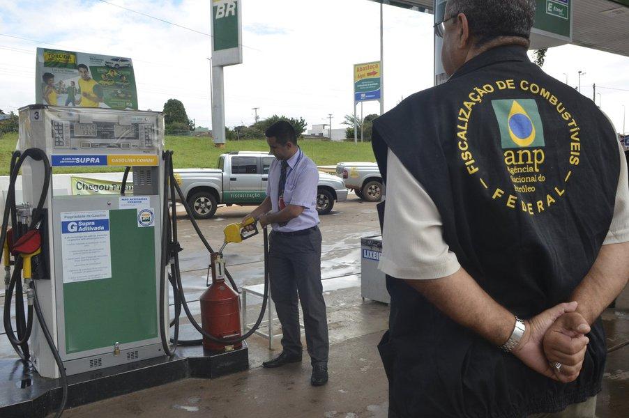 Brasília - A Agência Nacional do Petróleo, durante fiscalização de um posto, divulga balanço da operação de combate a irregularidades no mercado de combustíveis do DF (Jose Cruz/Agência Brasil)
