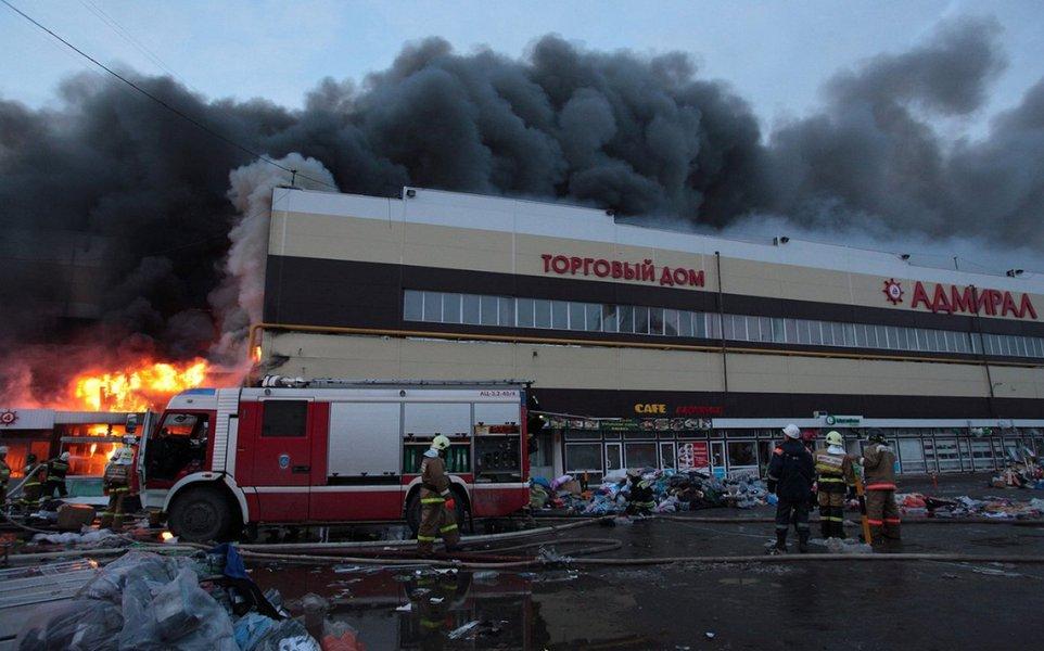Incêndio destrói shopping em Moscou e milhares são evacuados