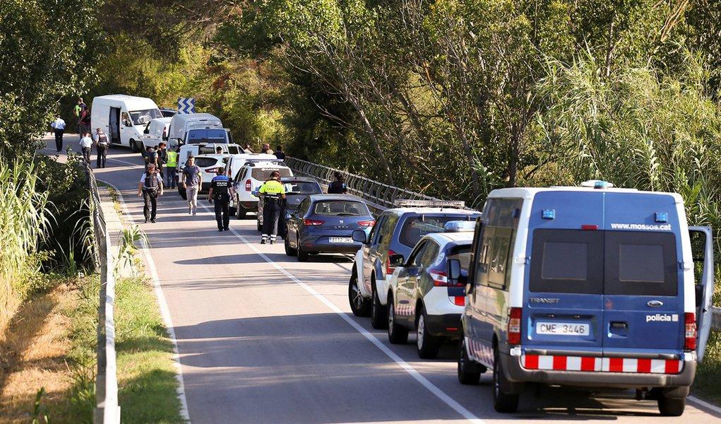 Viaturas policiais são vistas em localidade próxima de Barcelona, onde Younes Abouyaaqoub foi baleado durante operação