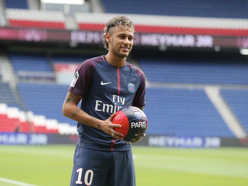 jogador Neymar com camisa do Paris Saint Germain