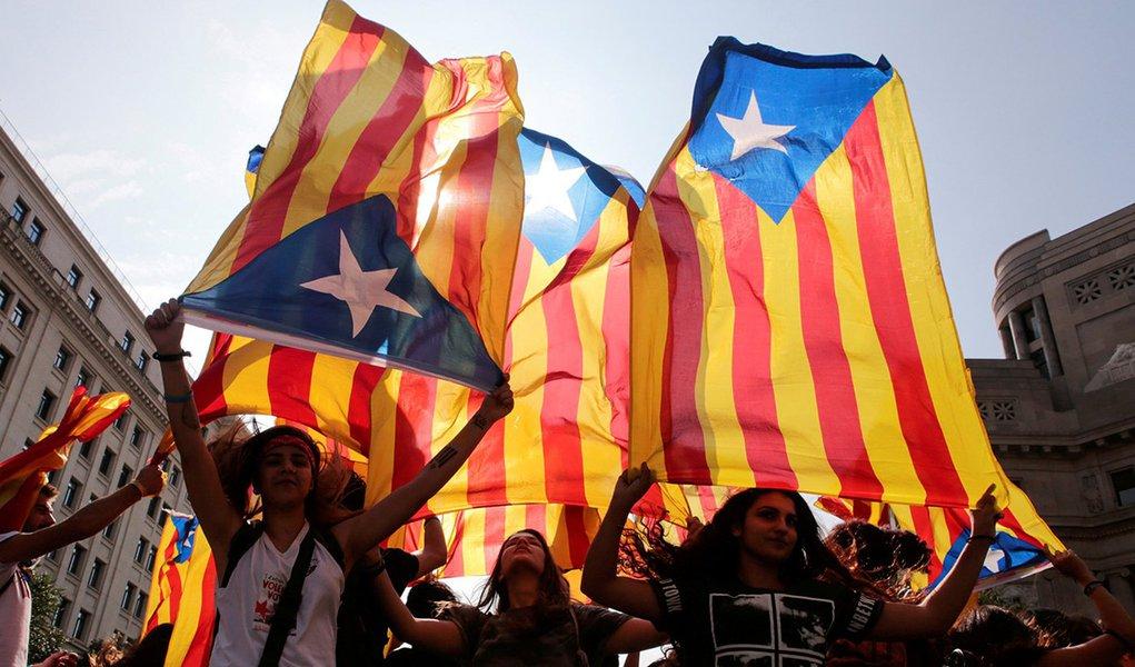 Manifestantes levantam bandeiras da Catalunha durante protesto, em Barcelona 03/10/2017 REUTERS/Enrique Calvo