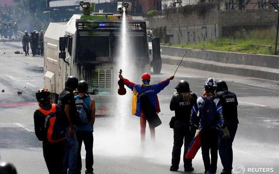 Jovem violinista venezuelano Wuilly Arteaga, durante protesto contra o governo do presidente Nicolás Maduro, em Caracas 24/05/2017 REUTERS/Carlos Garcia Rawlins