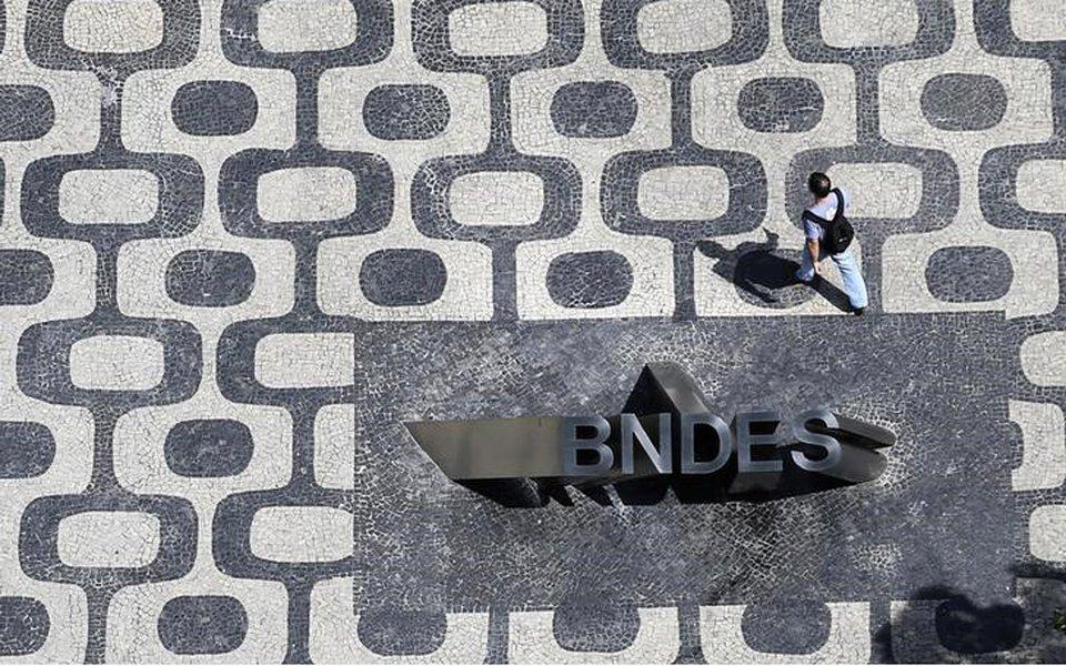 Logo do BNDES é visto na entrada de sua sede no Rio de Janeiro, Brasil 11/1/2017 REUTERS/Nacho Doce