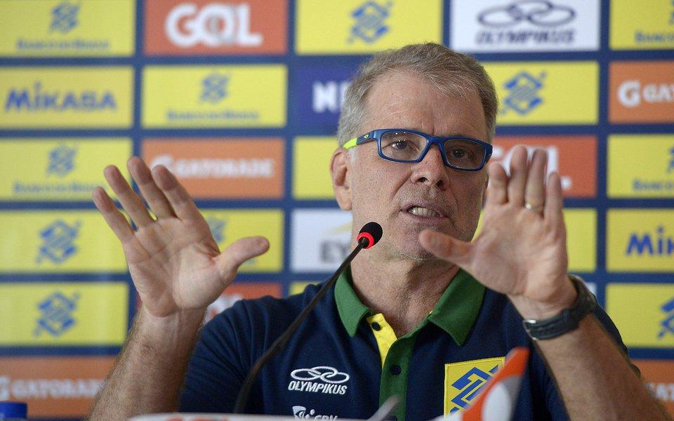 O técnico Bernardinho anuncia os convocados para defender a seleção masculina de vôlei. Foto: Alexandre Loureiro/ inovado