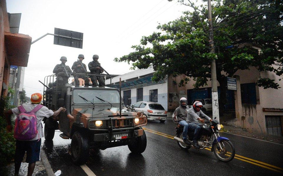 Vila Velha (ES) - Soldados do Exército fazem a segurança das ruas e dos terminais rodoviários vazios em Vila Velha, região metropolitana de Vitória (Tânia Rêgo/Agência Brasil)