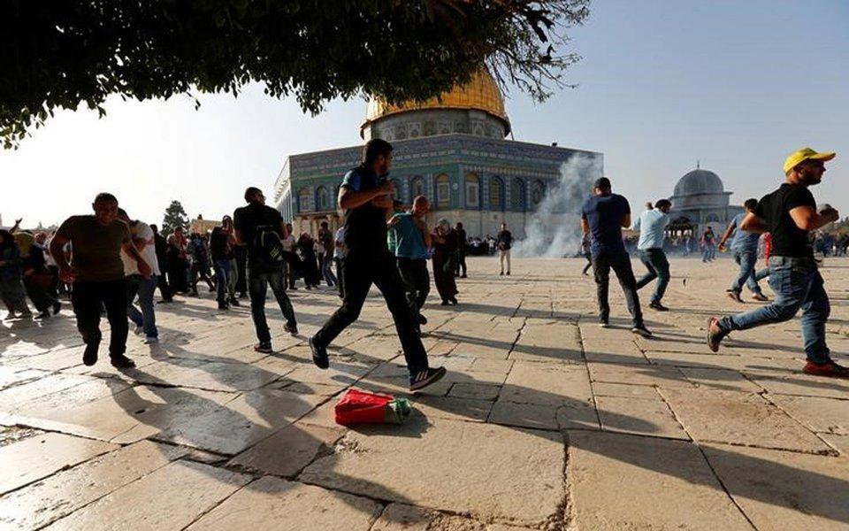 Palestinos reagem a granadas de atordoamento no complexo conhecido como Santuário Nobre pelos muçulmanos e Monte do Templo pelos judeus 27/07/2017 REUTERS/Muammar Awad