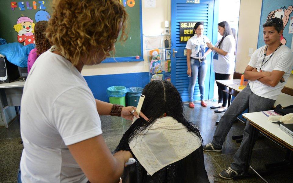 Mutirão da cidadania em São Sebastião. Corte comunitário de cabelo (Valter Campanato/Agência Brasil)