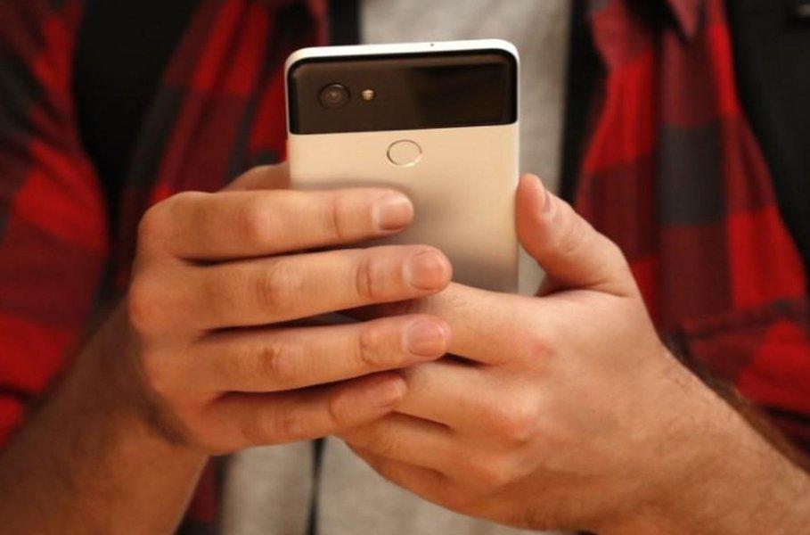 Pessoa testa Pixel 2, celular do Google, durante evento em San Francisco, Estados Unidos 4/10/2017 REUTERS/Stephen Lam
